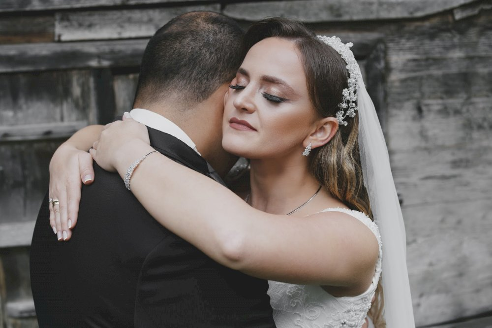 Çiftin doğada çekilmiş düğün fotoğrafı